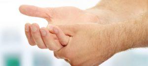 Dedo em gatilho: sintomas e tratamento